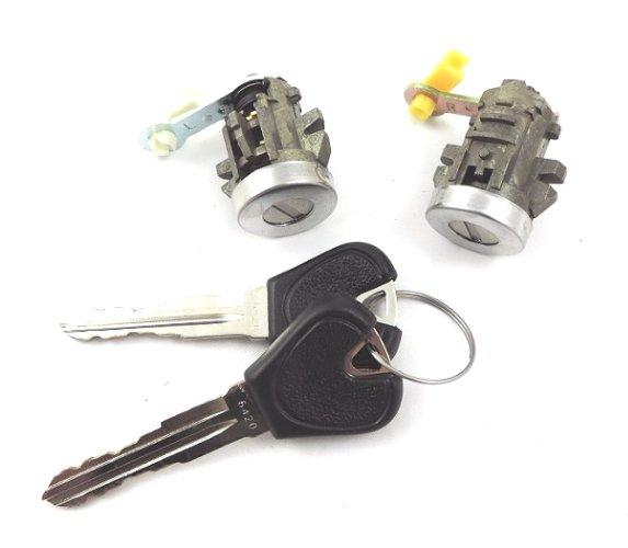 Set yale inchidere Mazda 323 (Bj), 1998-12.2000, cu chei, cu 2 butuci blocare usa, stanga/dreapta, fata, 825D-58490,