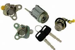 Set yale inchidere Toyota Corolla (E11), 1998-2001 Sedan, cu chei, cu 2 butuci blocare usa, cu buton de eliberare, cu blocare aprindere, 69005-1E140,