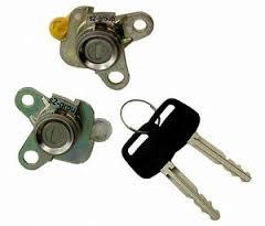 Set yale inchidere Toyota Corolla (E11), 1997-2001, cu chei, cu 2 butuci blocare usa, usa fata partea stanga/dreapta, 69051/2-12490,